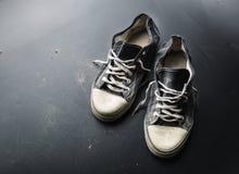 Sportentrainers op de vloer Stock Foto