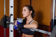 Sportenvrouw in de gymnastiek. Stock Afbeeldingen