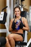 Sportenvrouw in de gymnastiek. Stock Afbeelding