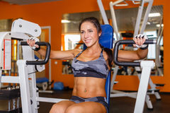 Sportenvrouw in de gymnastiek. Royalty-vrije Stock Foto's