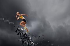 Sportenvrouw die uitdagingen overwinnen royalty-vrije stock foto