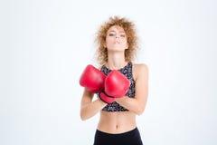 Sportenvrouw die zich met bokshandschoenen bevinden Stock Foto
