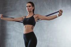 Sportenvrouw in Maniersportkleding die met Elastiekje uitoefenen royalty-vrije stock foto's