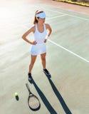 Sportenvrouw op tennisbaan stock fotografie