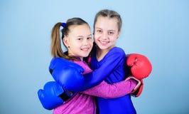 Sporterfolg Freundschaft Training des kleinen Mädchenboxers in der Sportkleidung lochender Ausscheidungswettkampf Eignungsdiät En lizenzfreie stockbilder