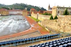 Sportfält i den gamla staden Brasov (Kronstadt), i Transilvania Arkivfoton