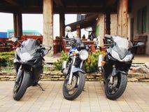 Sportfahrrad mit drei Motorrädern Stockbilder