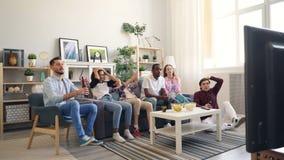 Sportfans, die zu Hause Spiel, aufpassen traurig und enttäuscht dann sich fühlen zuzujubeln stock video