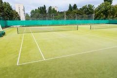 Sportfeld mit Markierungen und Filetarbeit benutzt im Tennis stockbild