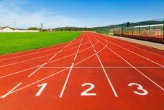 Sportfeld mit synthetischem Rasen und verschiedenen den Markierungen, benutzt im Sport Stockbild