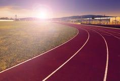 Sportfeld mit synthetischem Rasen und verschiedenen den Markierungen, benutzt im Sport Lizenzfreies Stockbild