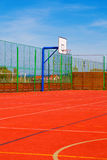Sportfeld mit synthetischem Rasen und verschiedenen Markierungen Lizenzfreie Stockfotos