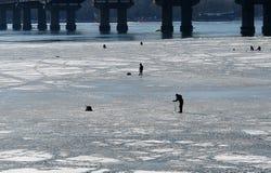 Sportfiskare med utrustning fiskar Arkivfoto