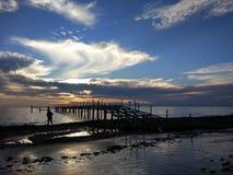 Sportfiskaren på skeppbron fotografering för bildbyråer