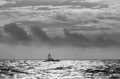 Sportfiskebåt i Atlantensvart & vit arkivbild