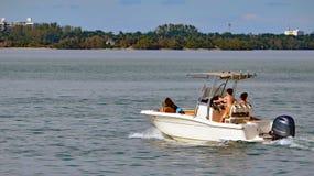 Sportfiskebåt som kryssar omkring på Florida denkust- vattenvägen Arkivfoto