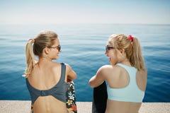 Sportfitness meisjes die na opleiding ontspannen openlucht Royalty-vrije Stock Foto