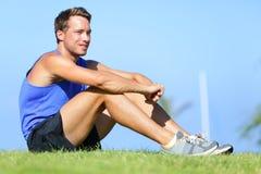 Sportfitness mens het ontspannen na opleiding Stock Foto's