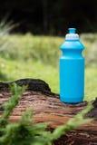 Sportflaska med vatten på en bakgrund av skogen Royaltyfri Fotografi