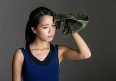 Sportflicka som torkas av handduken Arkivfoto