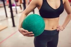 Sportflickan förbereder sig för övning med bollen royaltyfria foton