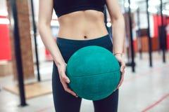 Sportflickan förbereder sig för övning med bollen royaltyfri bild