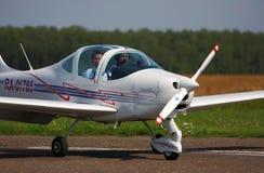 Sportflugzeug bewegt sich entlang eine Rollbahn auf die Laufbahn Stockfotos