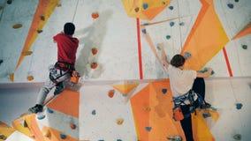Sportfolk som utbildar på en vägg, slut upp stock video