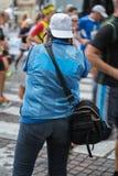 Sportfotograf Shooting Marathon Runners i gatan under stadsloppet Arkivfoto