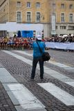 Sportfotograf Shooting Marathon Runners som är klar för loppet på den startande linjen Royaltyfria Foton