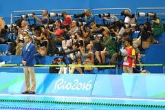 Sportfotografer som skjuter simningkonkurrens på den olympiska vatten- mitten under Rio de Janeiro 2016 OS Royaltyfri Bild