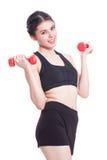 Sportfrau, die Übung mit anhebenden Gewichten tut Lizenzfreie Stockfotos