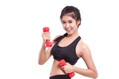 Sportfrau, die Übung mit anhebenden Gewichten tut Stockfotos
