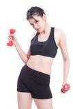 Sportfrau, die Übung mit anhebenden Gewichten tut Lizenzfreie Stockfotografie