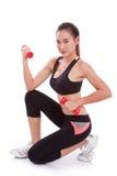 Sportfrau, die Übung mit anhebenden Gewichten tut Stockfoto