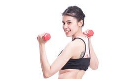 Sportfrau, die Übung mit anhebenden Gewichten tut Stockbilder