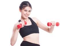 Sportfrau, die Übung mit anhebenden Gewichten tut Lizenzfreies Stockfoto