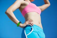 Sportfrau, die intelligente Uhr trägt Stockbild