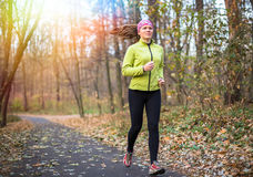 Sportfrau, die Quertrainingstraining im Freien tut Eignung im schönen Park Lizenzfreies Stockfoto