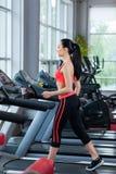 Sportfrau, die Turnhalle, Eignungsmitte ausübt Stockfoto