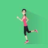 Sportfrau laufen mit Eignungsverfolger auf Handgelenkmädchen Lizenzfreie Stockfotografie