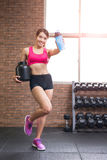 Sportfrau mit Molkeprotein Lizenzfreies Stockfoto