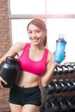 Sportfrau mit Molkeprotein Lizenzfreies Stockbild