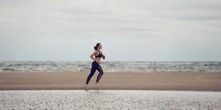 Sportfrau runig Lizenzfreie Stockfotografie