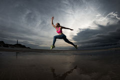 Sportfrau runnig auf dem Strand Lizenzfreies Stockfoto