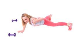 Sportfrauenübung mit Dummköpfen Stockfoto