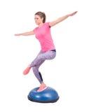 Sportfrauenübung mit einem pilates Ball Lizenzfreie Stockfotos