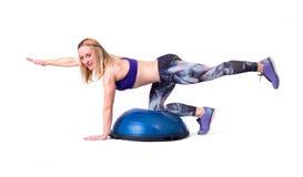 Sportfrauenübung mit einem pilates Ball Stockbild