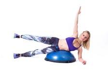 Sportfrauenübung mit einem pilates Ball Lizenzfreies Stockfoto