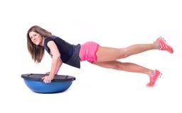 Sportfrauenübung mit einem pilates Ball Stockfoto